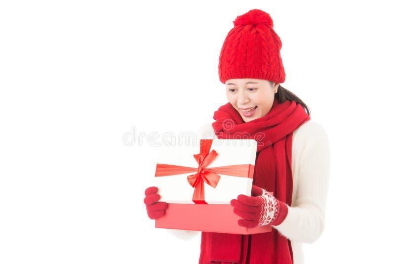 愉快年轻美丽的妇女开头的礼物惊奇和 免版税库存照片