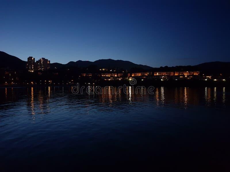 愉景湾在晚上 免版税库存图片