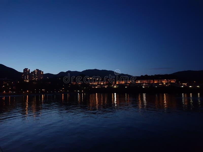 愉景湾在晚上 库存照片