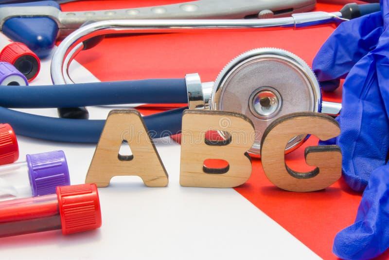 意味在血液的ABG医疗简称动脉血气体在红色背景的实验室诊断 ABG的化工名字是 免版税库存照片