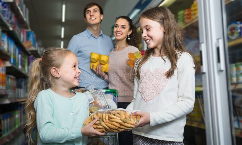 满意四口之家在大型超级市场 免版税图库摄影