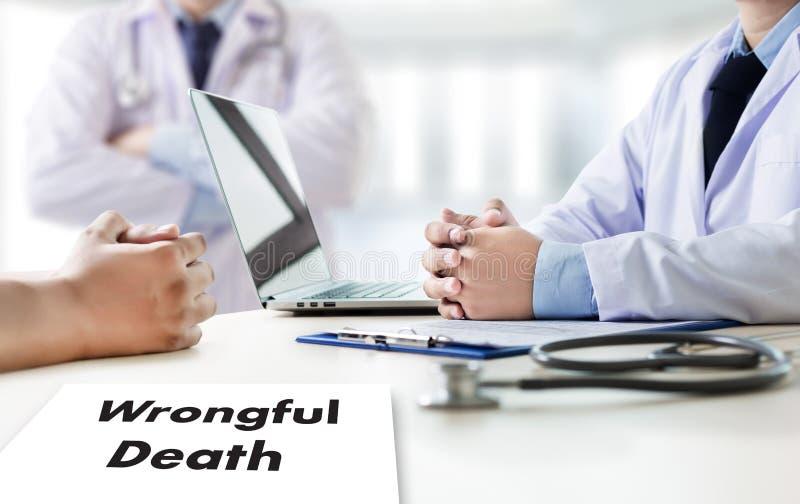 意外致死医生谈话和耐心医疗工作在offi 库存照片
