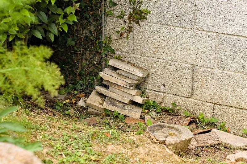 意大利、欧洲花园里堆放的一些混凝土砖 库存图片