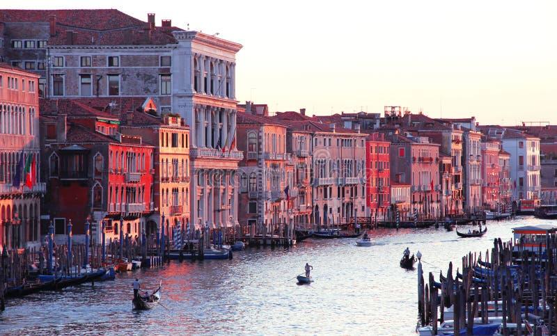 意大利。从Rialto桥梁的Venice.The大运河在日落 免版税库存图片