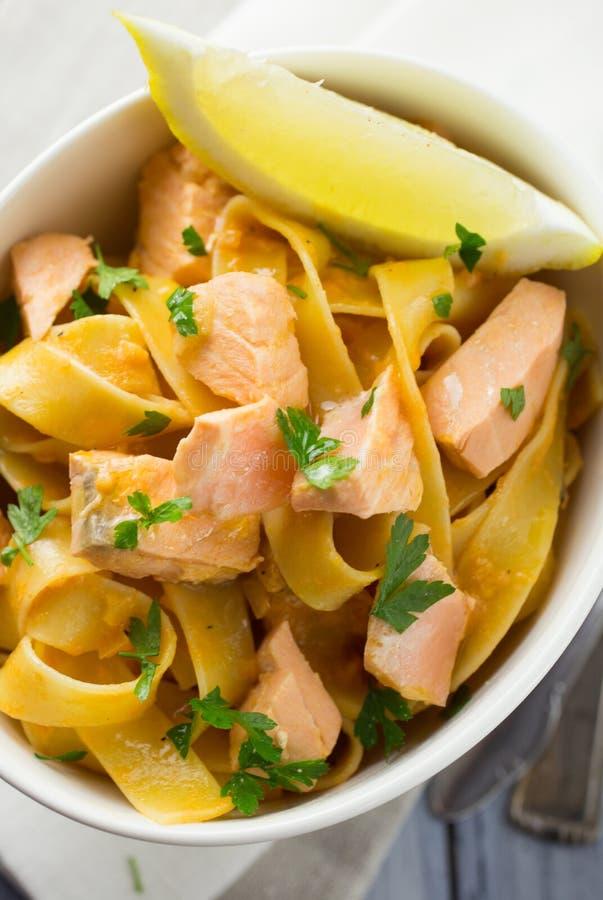 意大利三文鱼和柠檬面团 免版税图库摄影