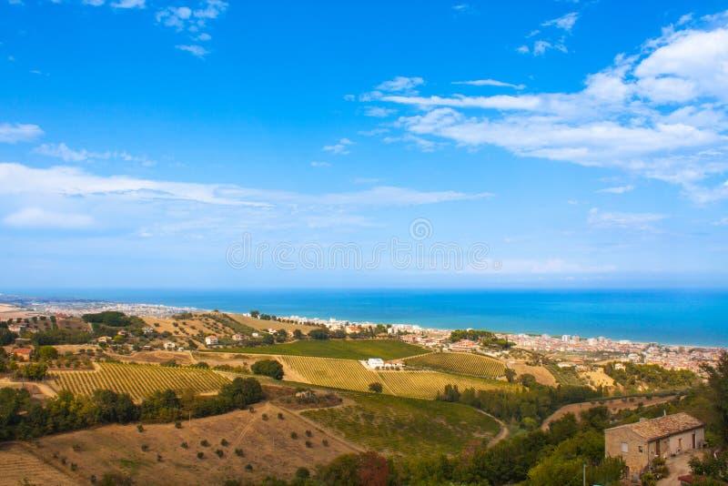 意大利与云彩在蓝天,意大利领域的风景视图 库存照片