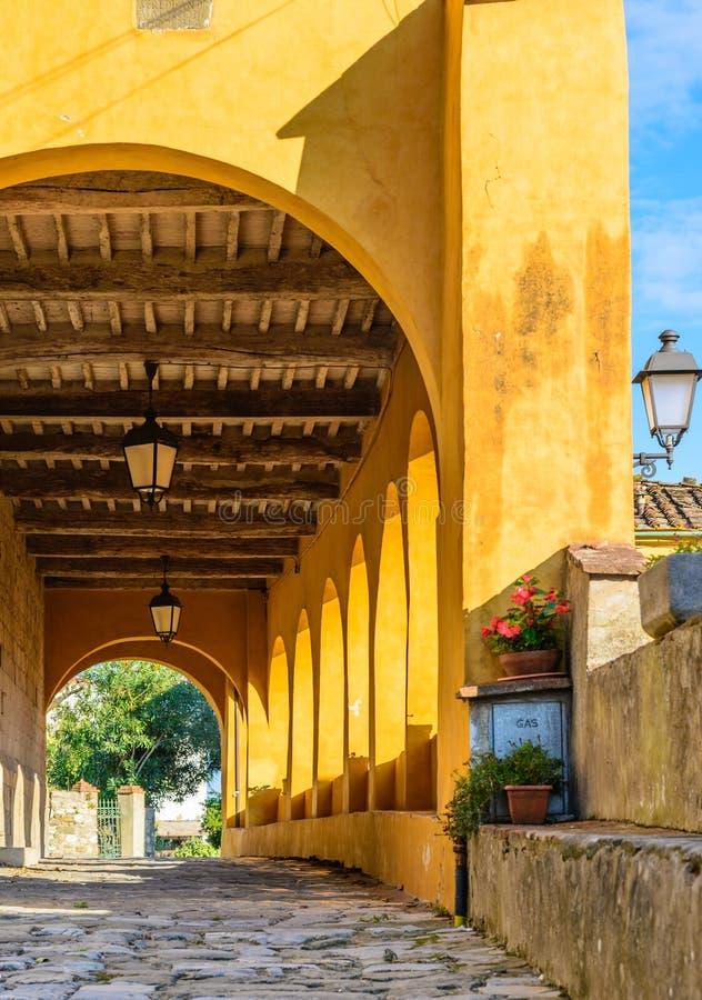 意大利中世纪门廊,托斯卡纳,意大利 免版税图库摄影