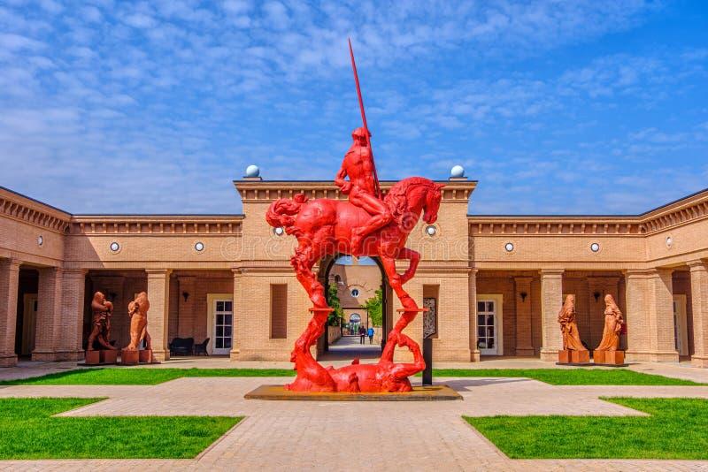 意大利丰塔内拉托马索内迷宫博物馆红色骑士和广场背景马 库存照片