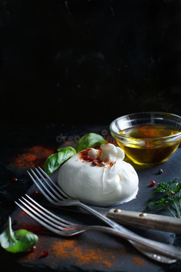 意大利乳酪burrata、草本和橄榄油 免版税库存照片