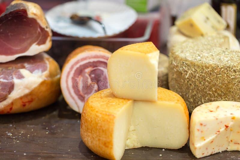 意大利人另外传统火腿和乳酪在商店 免版税图库摄影