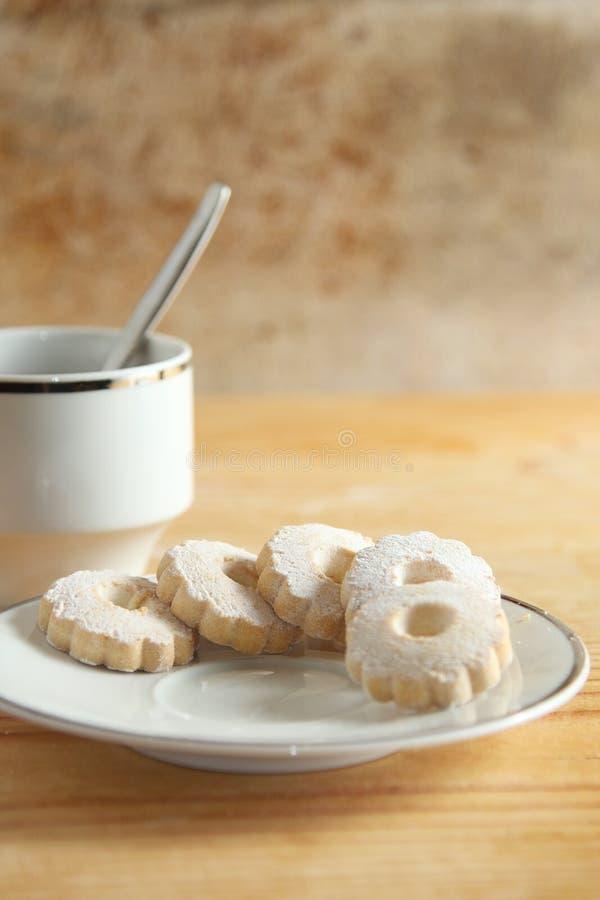 意大利人在茶碟的Canestrelli曲奇饼 图库摄影