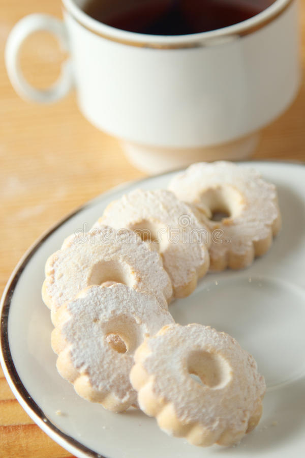 意大利人在茶碟的Canestrelli饼干在一个杯子红茶附近 库存图片