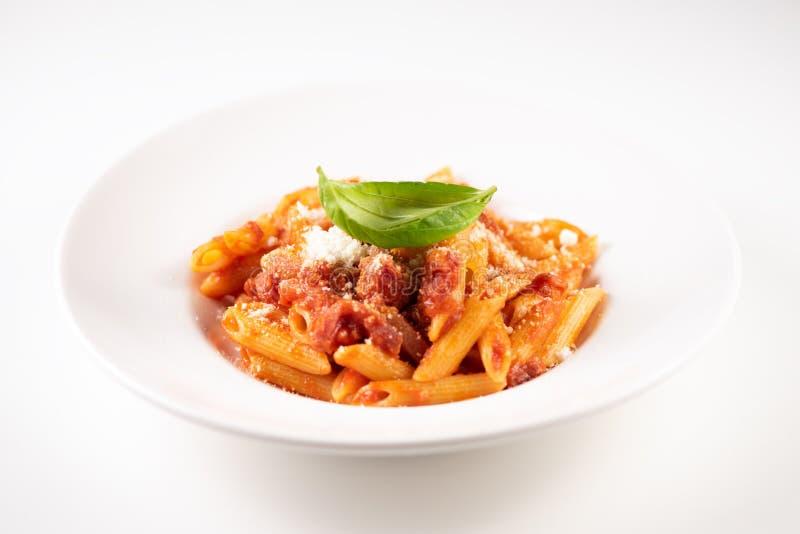 意大利人Amatriciana面团用西红柿酱和熏制的烟肉 免版税图库摄影