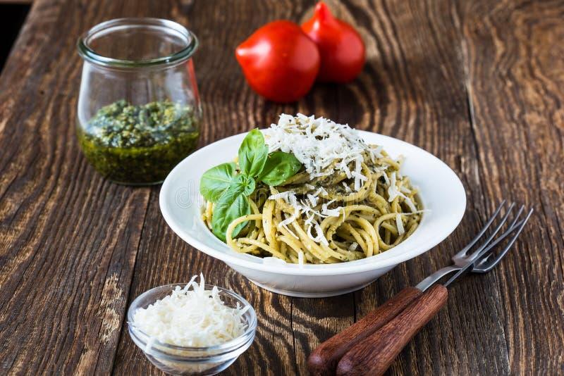 意大利传统面团用pesto调味汁 免版税库存照片