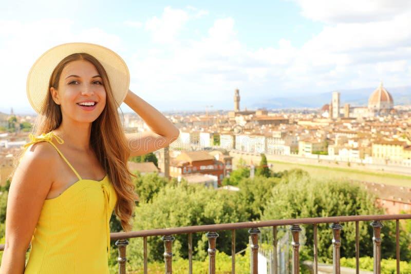 意大利佛罗伦萨笑得开心的旅游女孩 意大利托斯卡纳地区年轻女子画像 免版税库存照片