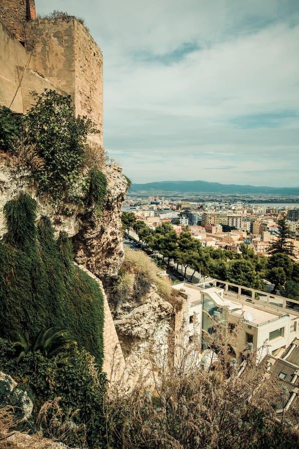 意大利卡利亚里市、历史中心房子和公园、欧洲假期、夏天地标大厦和树 图库摄影