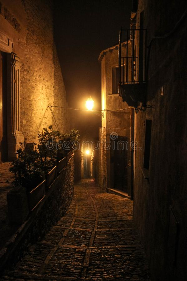 意大利古老夜神奇街道 库存照片