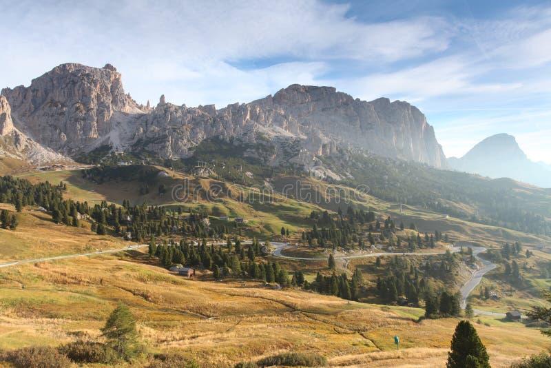 意大利在日出的白云岩moutnain -向passo gardena的路 免版税图库摄影