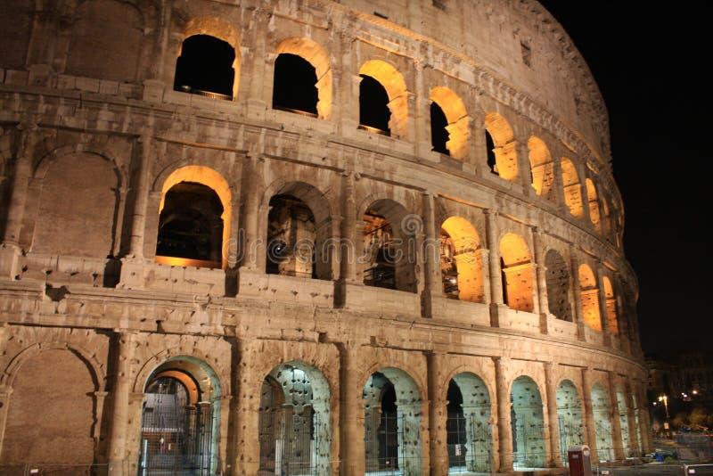 意大利在晚上照亮了罗马斗兽场 免版税库存照片