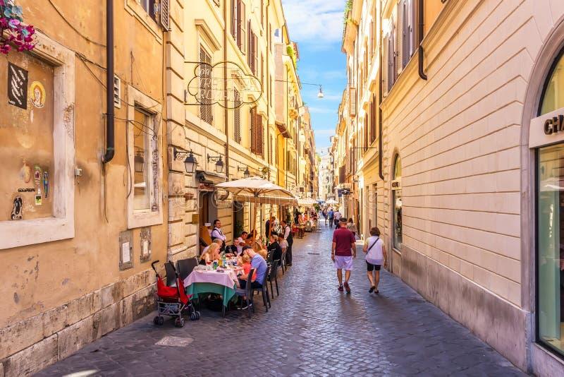 意大利在罗马街道的街道咖啡馆通过在香奈尔精品店附近的delle Carrozze 免版税库存照片