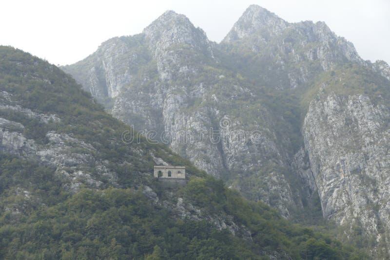 意大利堡垒的废墟山的 免版税库存图片