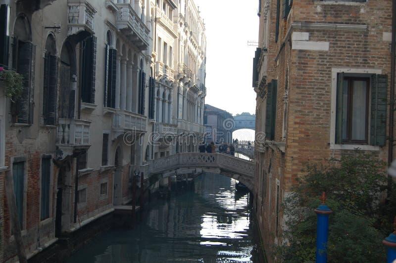 意大利威尼斯 在房子之间的步行桥 免版税库存照片