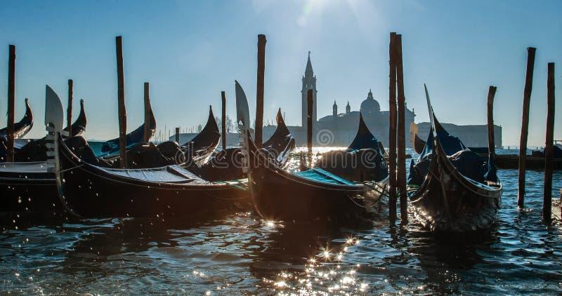 意大利威尼斯 大运河的惊人的看法早晨 在码头的长平底船 库存图片
