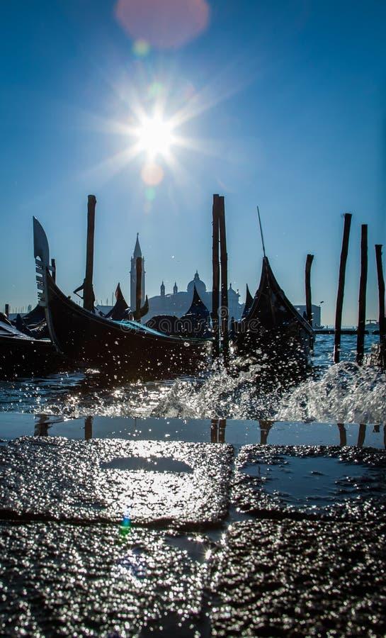 意大利威尼斯 大运河的惊人的看法早晨 在码头的长平底船 库存照片