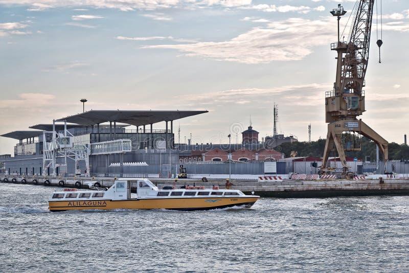 意大利威尼斯 小船Alilaguna在反对大厦的早晨在se 免版税库存图片