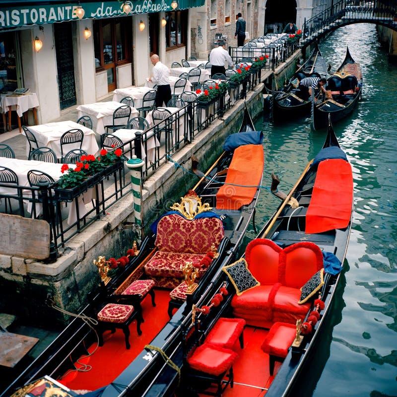 意大利威尼斯 欢乐长平底船 库存照片