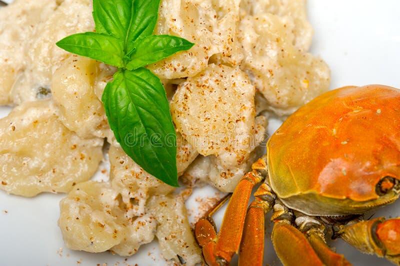 意大利尼奥基用与螃蟹和蓬蒿的海鲜调味料 图库摄影