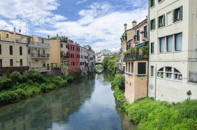 意大利帕多瓦传统运河街道,拥有色彩鲜艳的建筑 图库摄影