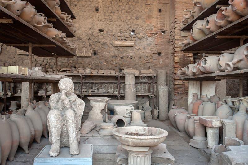 意大利庞贝前论坛粮仓'米勒人'尸体被破陶包围的石膏 免版税库存图片