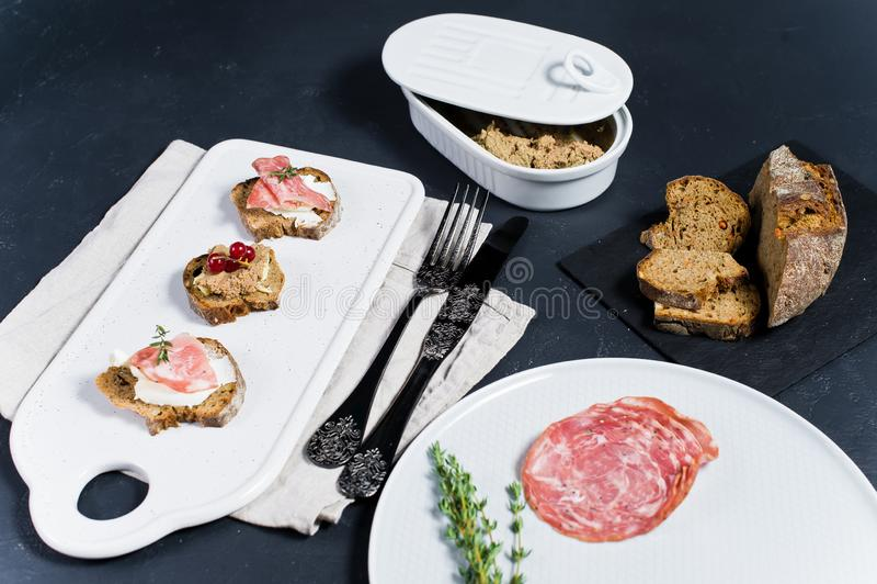 意大利开胃小菜用头脑、帕尔马和蒜味咸腊肠在多士 库存图片