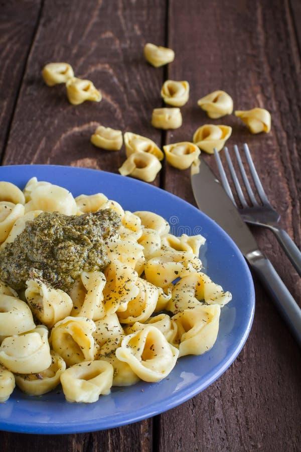 意大利式饺子用pesto调味汁 图库摄影