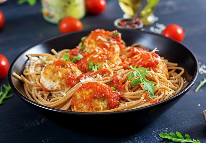 意大利意大利面食 意粉用丸子和帕尔马干酪 免版税库存照片
