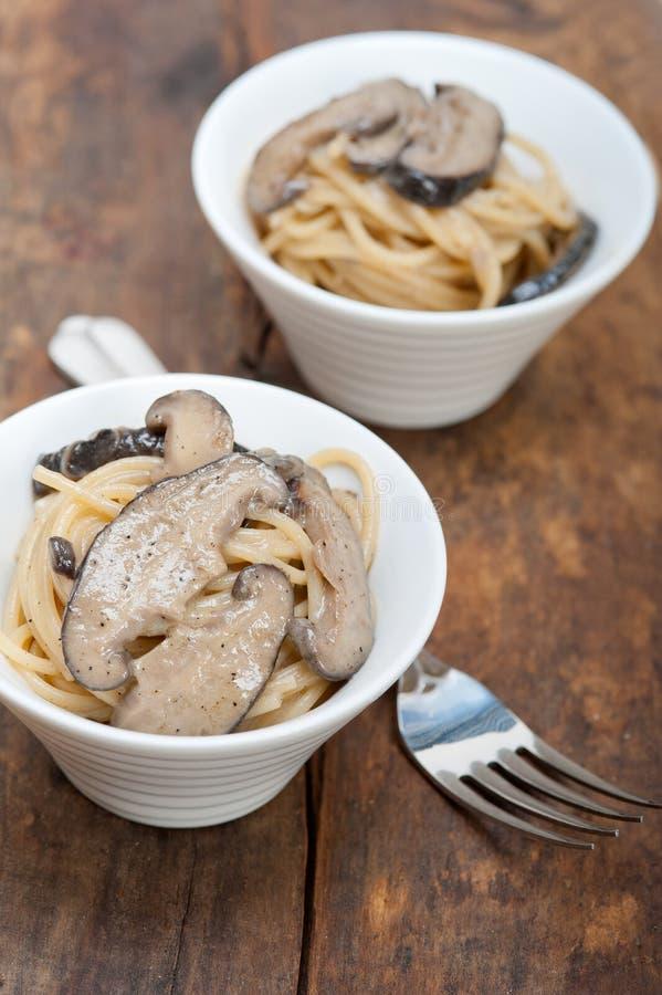 意大利意粉面团和蘑菇 库存照片