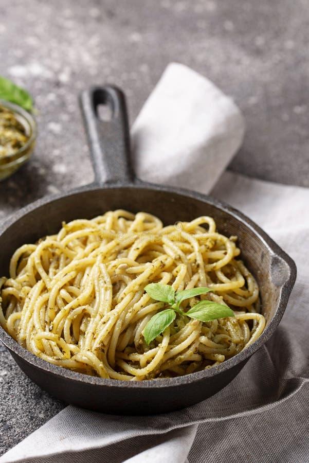 意大利意粉面团用pesto调味汁 免版税库存图片