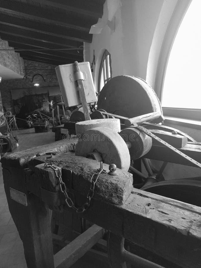 意大利托斯卡纳米努恰诺LU :古色古香的刀子磨房机器,在显示,在米努恰诺博物馆里面 免版税库存照片