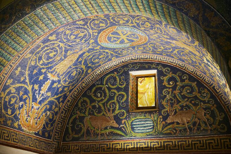 意大利拉文纳加拉普拉西迪阿陵墓的内部,一座装饰着彩色马赛克的小教堂 库存图片