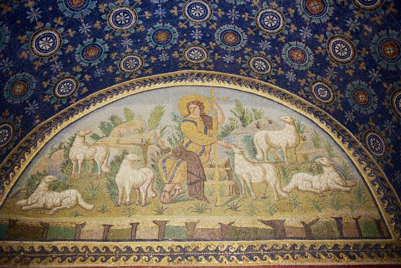 意大利拉文纳加拉普拉西迪阿陵墓的内部,一座装饰着彩色马赛克的小教堂 免版税库存图片