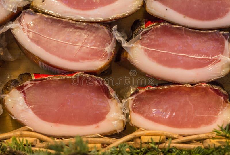 意大利斑点抽了熏火腿-典型的食物由猪肉制成-特伦托自治省女低音阿迪杰意大利 免版税库存照片