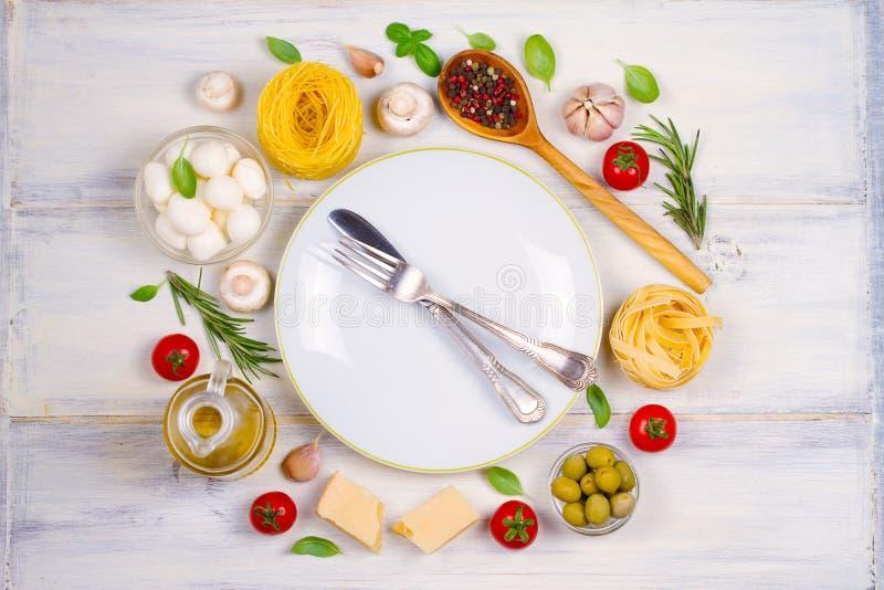 意大利料理或成份与新鲜蔬菜、面团、乳酪无盐干酪和巴马干酪,香料 图库摄影
