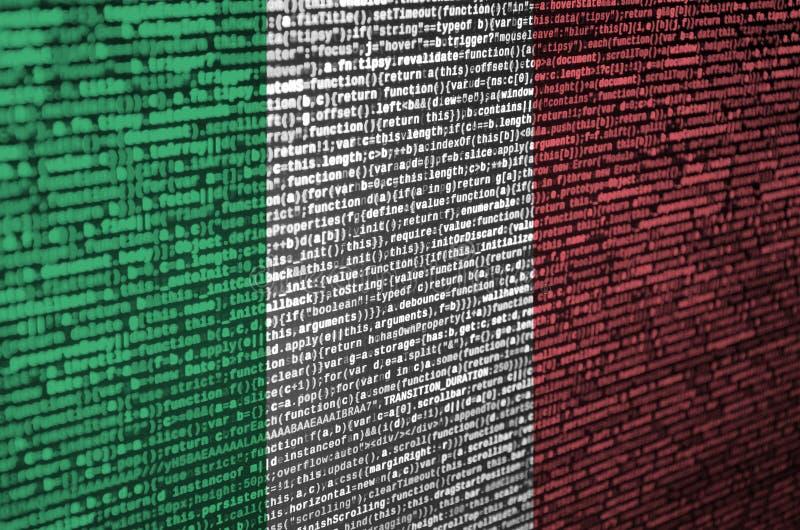 意大利旗子在有节目代码的屏幕上被描述 现代技术和地点发展的概念 库存图片