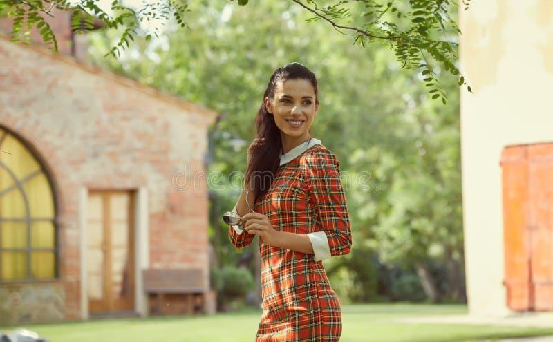 意大利时尚妇女在晴朗的庭院里 免版税库存照片