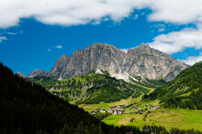 意大利村庄在白云岩阿尔卑斯 免版税库存图片
