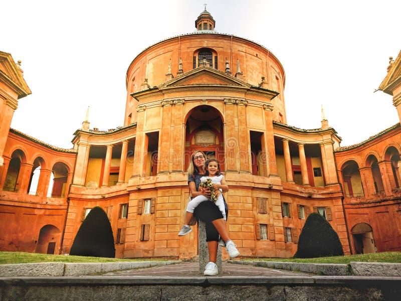 意大利母亲和女儿的幸福家庭波隆纳圣卢卡圣所教会的在伊米莉亚罗马甘 免版税库存照片