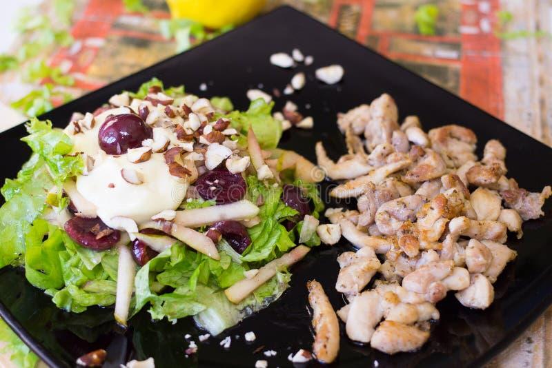 意大利沙拉用樱桃、烤鸡和大白菜 免版税图库摄影