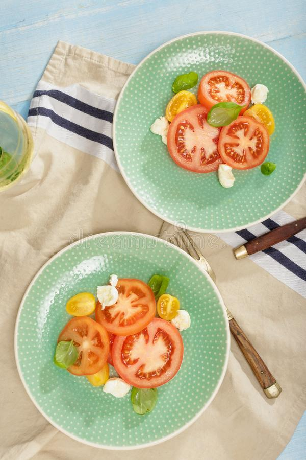 意大利沙拉蕃茄无盐干酪乳酪用白葡萄酒,名列前茅vi 免版税库存图片