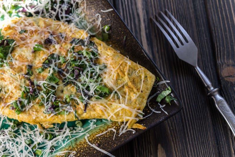 意大利烹调-煎蛋卷用草本和青葱 免版税图库摄影